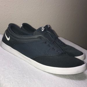 Nike gray shoes 👟